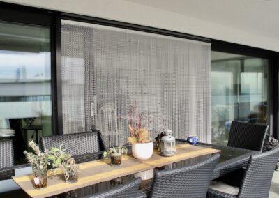 La tenda antimosche krismar è montata davanti a una porta scorrevole larga circa 3 metri con finestre a sinistra e a destra. In questa foto, la vista dal sedile del giardino è orientata verso la grande finestra.