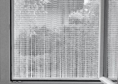 La tenda antimosche krismar montata davanti a una finestra. Grazie alla confezione su misura, anche le piccole aperture possono essere coperte dalla tenda, che impedisce alle mosche di entrare, ad esempio quando si aerea le camere.