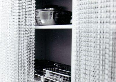 La tenda antimosche krismar è montata davanti ad un ripiano della cucina al posto di ante di armadi o cassetti chiusi. Grazie al suo design semplice e individuale, la tenda può essere utilizzata anche come elemento di design d'interni.