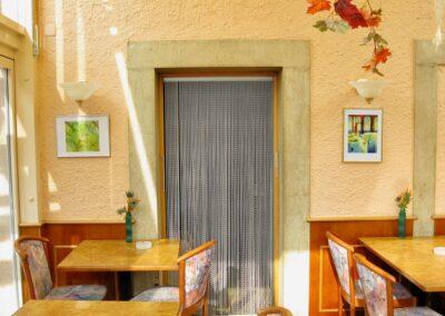 La tenda antimosche krismar montata nella porta d'ingresso di un ristorante con giardino d'inverno. La tenda antimosche krismar è la soluzione ideale, soprattutto per i ristoranti con severi requisiti igienici, grazie alla sua facile pulizia e accessibilità, oltre che alla resistenza alla corrosione.